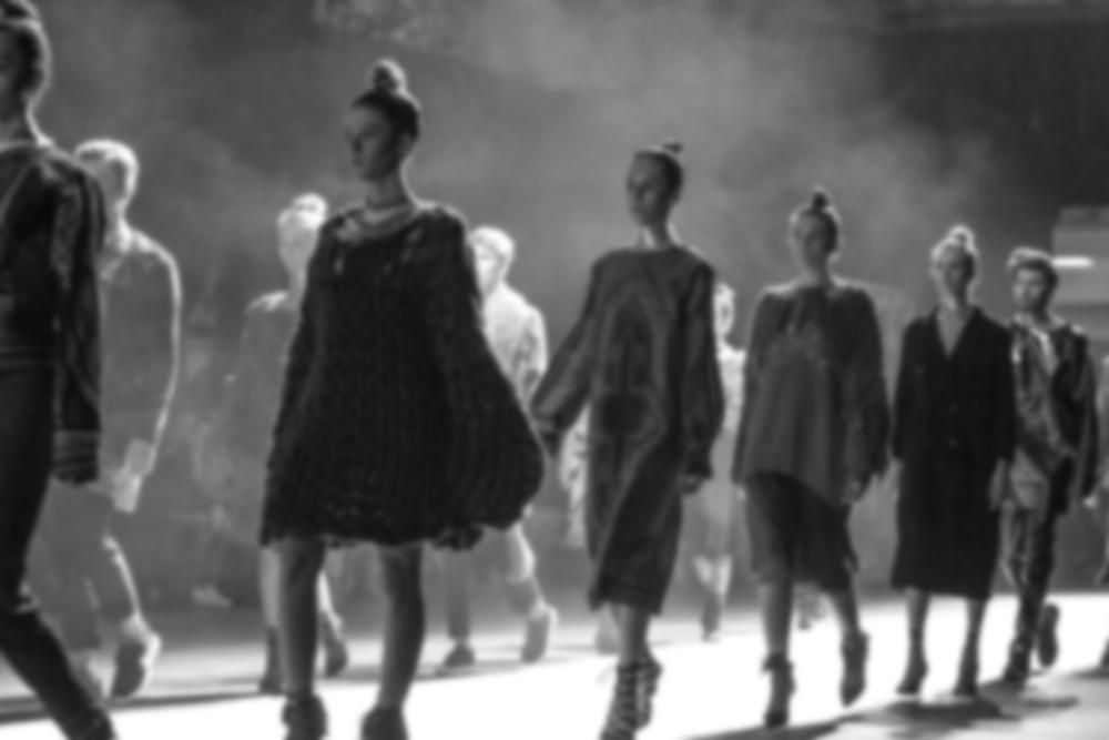 modelki na wybiegu fotografia czarno biala