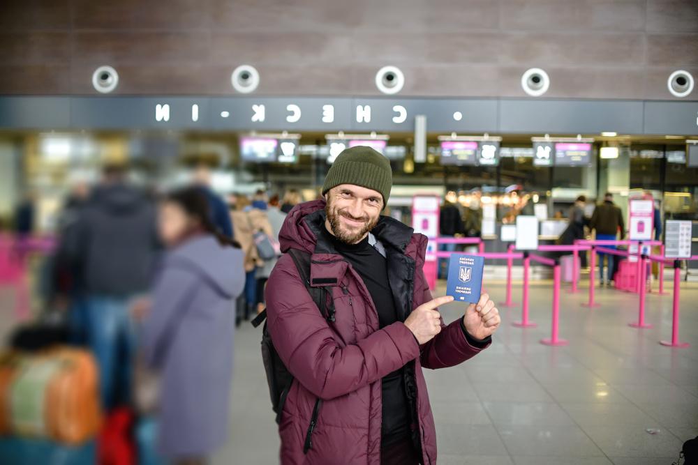 mezczyzna na lotnisku z paszportem