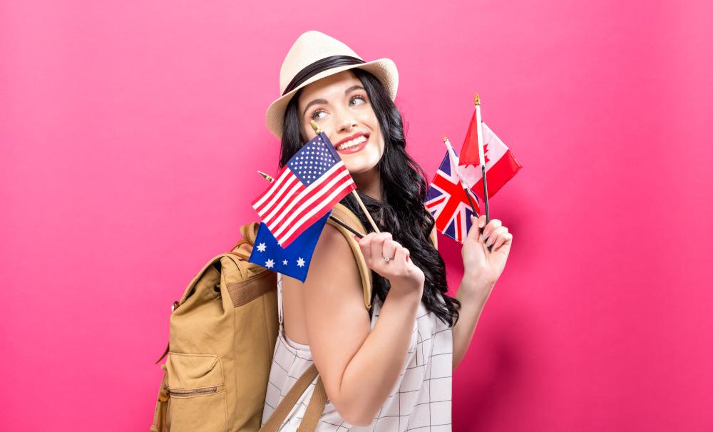 kobieta trzymajaca w dloniach flagi roznych panstw