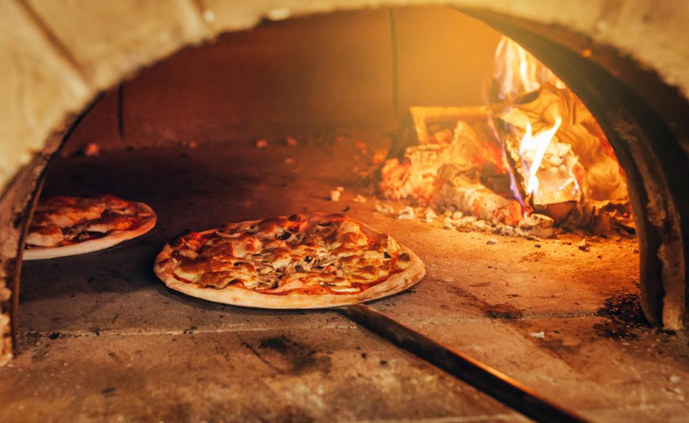 wloska pizza wypiekana w piecu opalanym drewnem