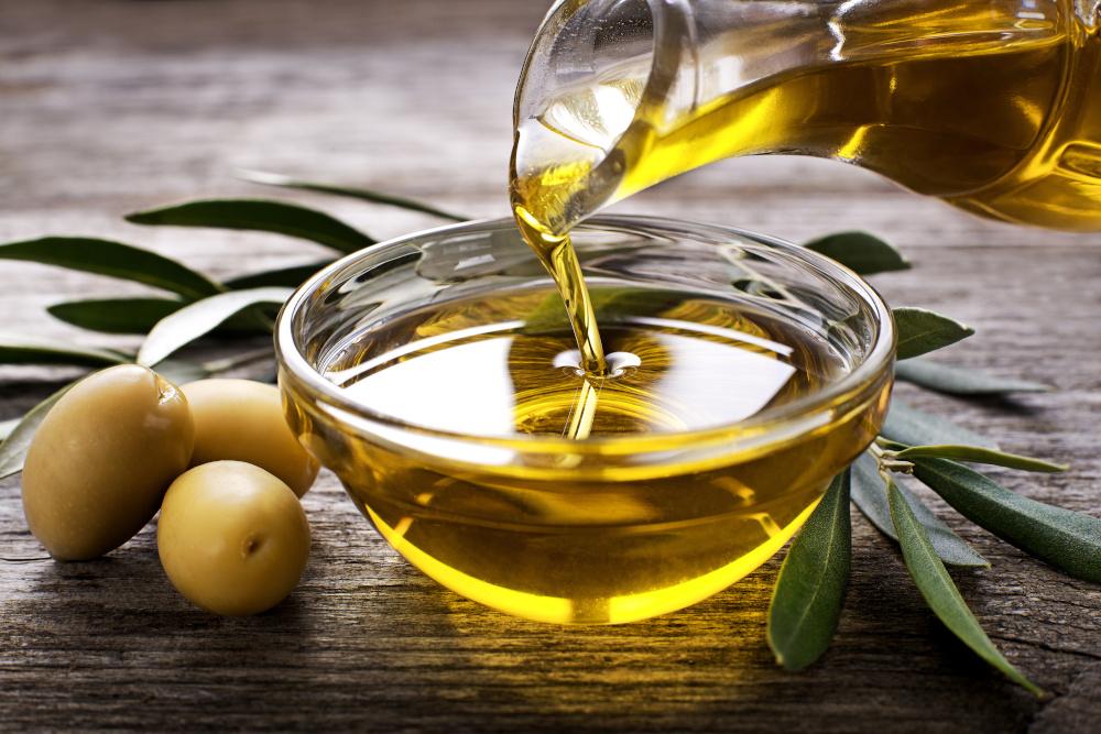 przelewanie oleju z butelki do miseczki