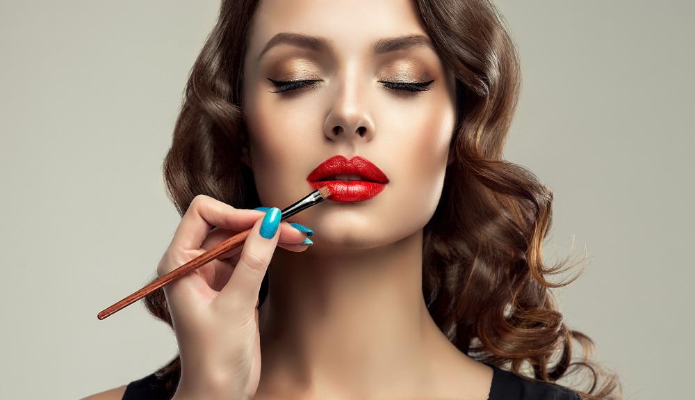 wykonywanie makijażu młodej kobiecie