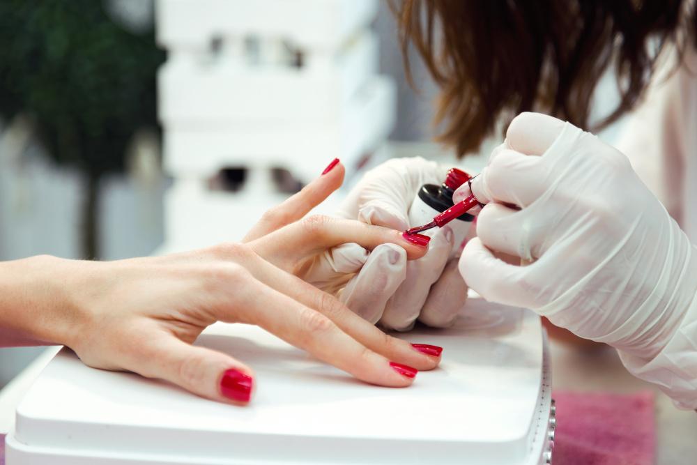 manicure wykonywany młodej kobiecie