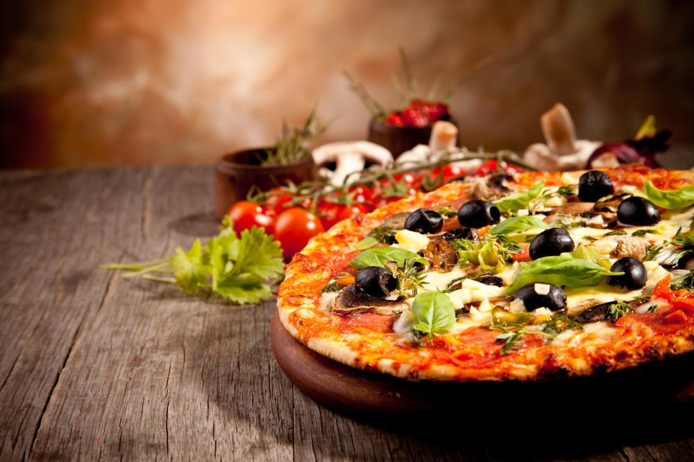 pizza podana na drewnianej desce