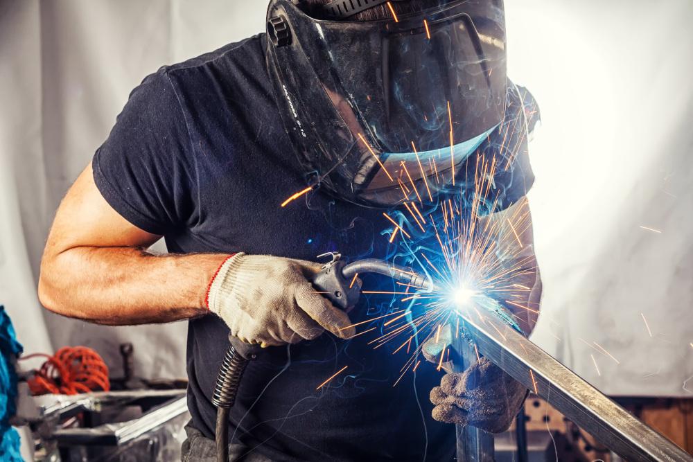 obrabianie laserowe metali przez pracownika