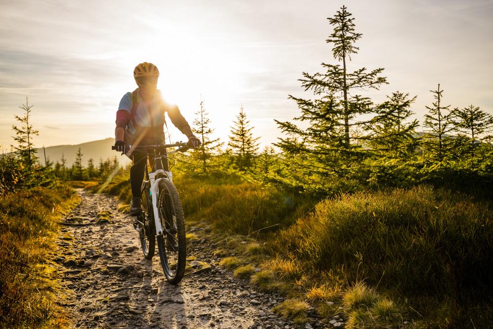 kobieta podczas jazdy na rowerze po nierównych terenach