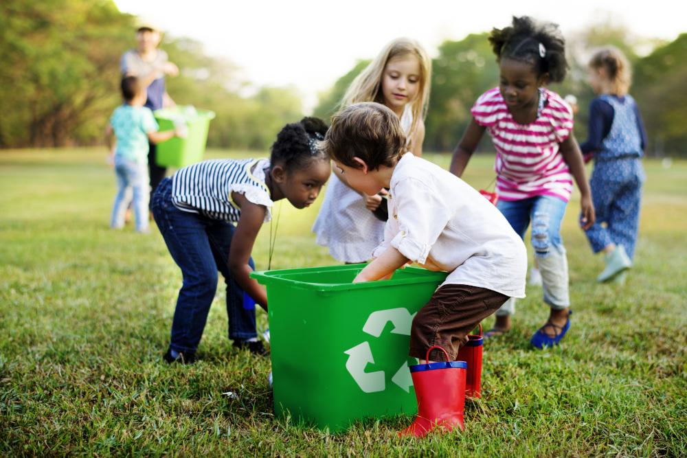 grupa dzieci zbierających odpady do kosza