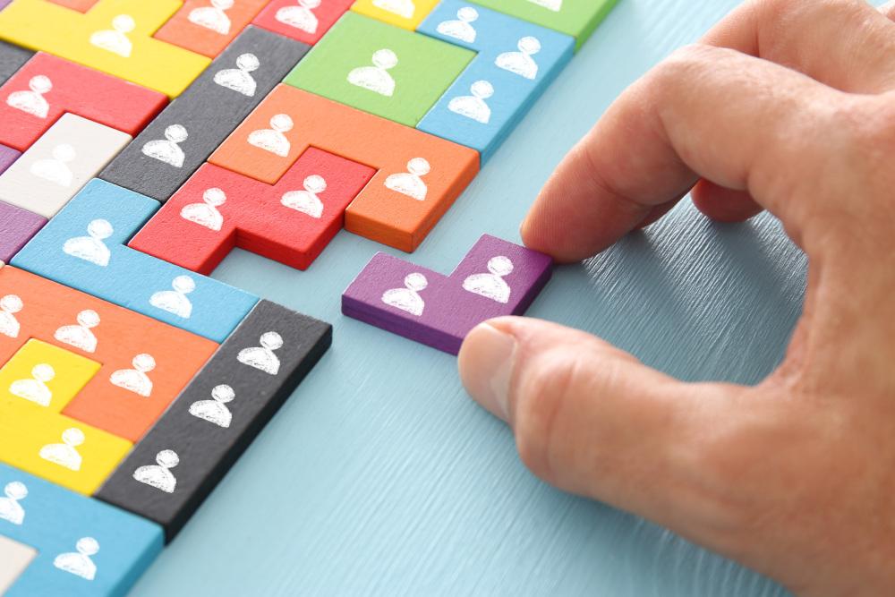układanka puzzli z głowami ludzików