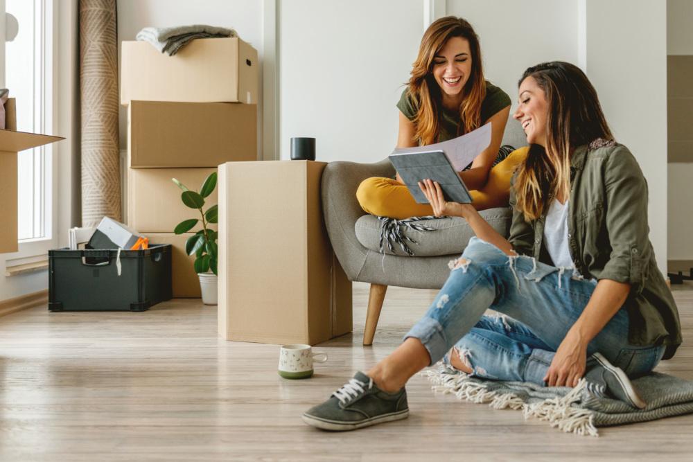 2 kobiety rozmawiające w mieszkaniu