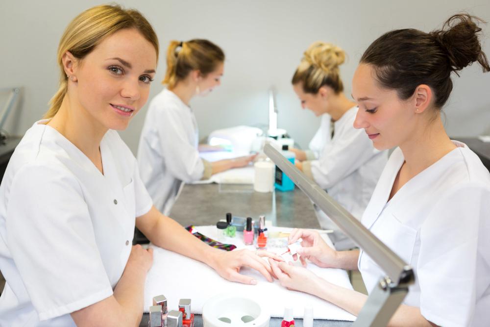 wykonywanie manicure hybrydowego młodej kobiecie