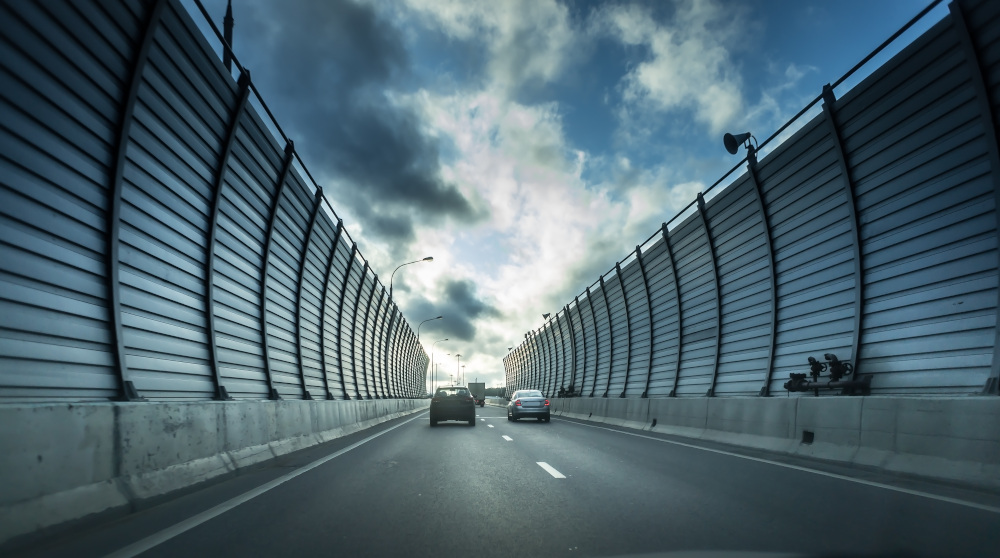 samochody w tunelu z barier ochronnych