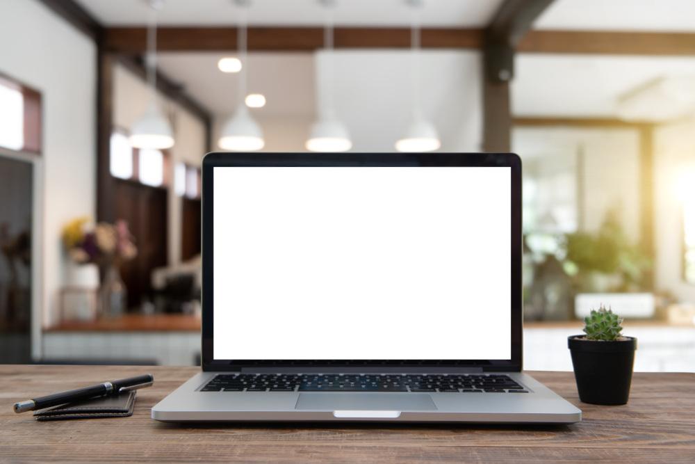 laptop z białym ekranem na biurku